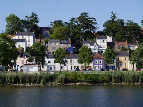 Basse-Indre et ses maisons vues depuis le fleuve
