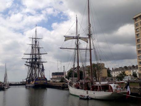 """Frégate """"L'Hermione"""" et goélette """"La Belle Poule"""" dans l'écluse Sud, entre le bassin de Saint-Nazaire et l'océan"""