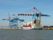 Porte-conteneur à quai au terminal à conteneurs de Montoir-de-Bretagne