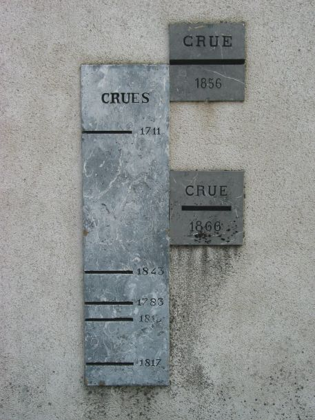 Plaques de crues scellées sur la Chapelle Saint-Simon