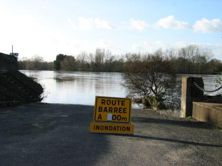 Signalisation d'un accès au lit du fleuve barré suite à une crue