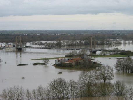 La Loire en crue, l'île du Buzet sous l'eau
