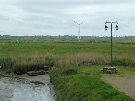 Le prototype d'éolienne offshore du Carnet vu depuis le port de Lavau-sur-Loire